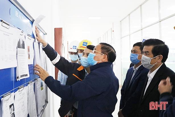 Bí thư Tỉnh ủy Lê Đình Sơn và đoàn công tác của tỉnh kiểm tra công tác phòng chống dịch Covid - 19 tại Công ty TNHH Gang thép Hưng Nghiệp Formosa (ngày 6/2/2020).